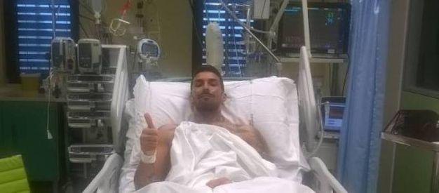 25 gennaio 2016 (Lucca) Cristiano Giannessi  disteso sul letto dell'ospedale invita a vaccinarsi dalla meningite, lui che si è salvato dal  virus