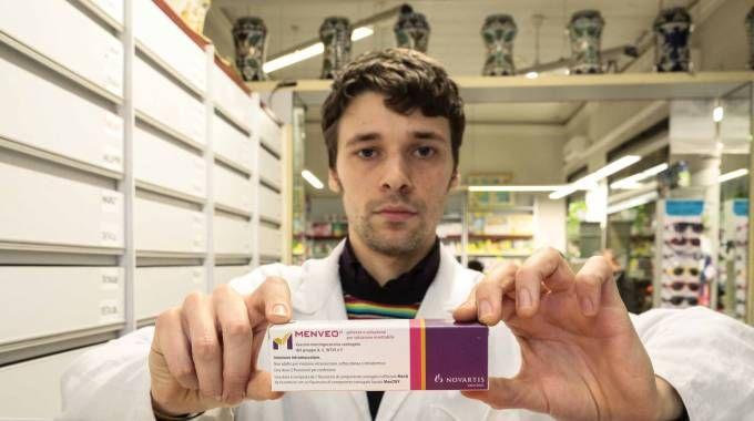 Un farmacista con un vaccino contro la meningite