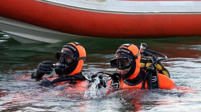 Imbarcazione si rovescia, quattro soccorsi dai vigili del fuoco