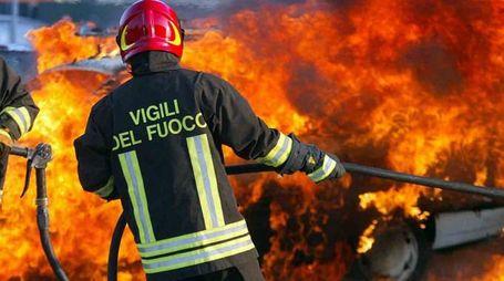 Auto a fuoco, vigili del fuoco al lavoro (Foto di repertorio Germogli)
