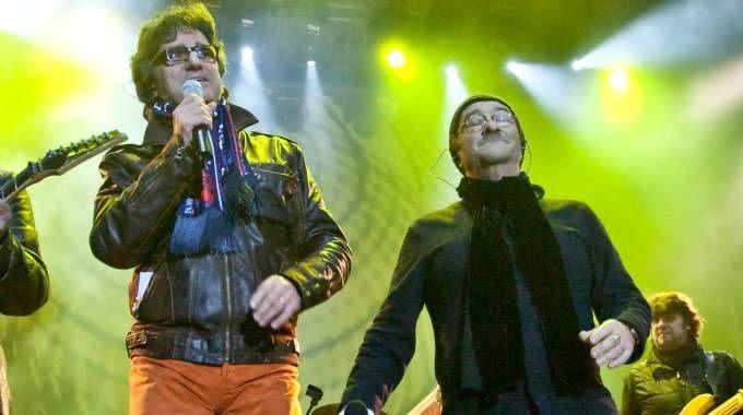 Gaetano Curreri e Lucio Dalla insieme sul palco in piazza Maggiore a Bologna (Fotoschicchi