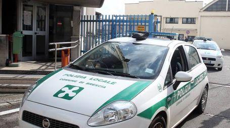 Un'auto della polizia locale di Brescia (Fotolive)