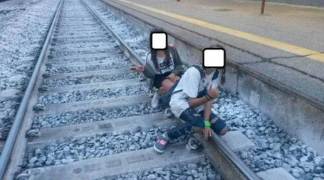 Un selfie sui binari (foto Fb)