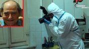 Un carabiniere del Ris al lavoro nella cucina dove è stato trovato il cadavere di Antonio Tucci (nel riquadro)