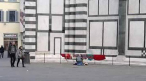 Panni stesi sulla balaustra del Battistero (a sinistra), ultimo affronto alla città monumentale, da troppo tempo assediata dall'inciviltà. Sopra il pre-lavaggio al tabernacolo di via Nazionale