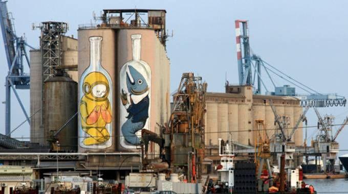 I silos dipinti dal writer Blu nel porto di Ancona