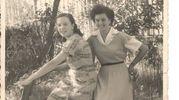 Giuseppina Carlini e l'amica Erminia ad Altopascio (Lucca) nel 1954