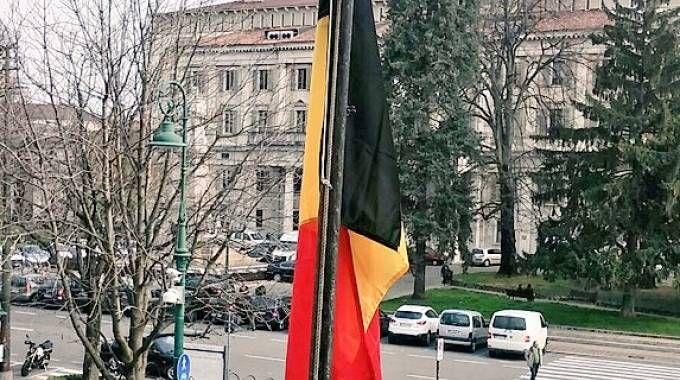 La bandiera belga esposta a Palazzo Frizzoni, Bergamo (twitter)