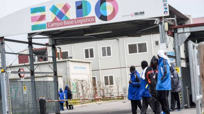 Profughi all'ingresso del campo base di Expo