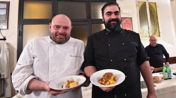 Gli chef Massimiliano Poggi con gli 'spaghetti alla bolognese' e Ivan Poletti con le classiche tagliatelle con il ragù (Foto Schicchi)