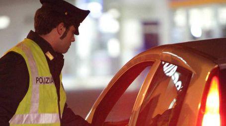 Un agente di polizia durante un controllo