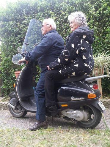 I genitori di Elena Ruggeri, 87 e 85 anni, vanno ancora in Vespa