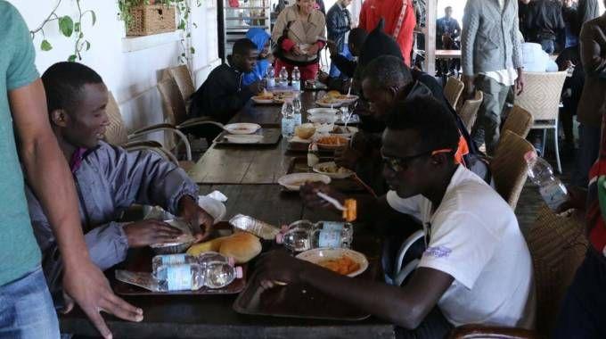I profughi a pranzo alla mensa di via Eritrea