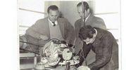 1960, mio suocero disegnatore Danilo Corrotti controlla con colleghi il motore Vespa