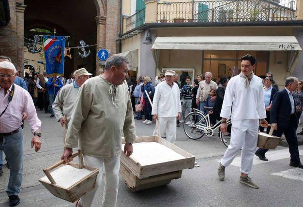 La tradizionale parata ha attraversato la città dirigendosi verso il Porto Canale (foto Corelli)