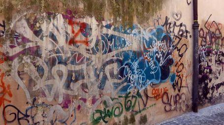 Ecco come è ridotta rua Pietro Dini tra tag e graffiti (foto La Bolognese)