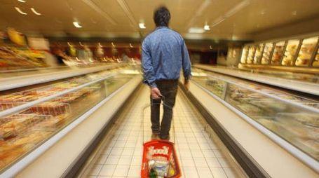 Un uomo al supermercato (Olycom)