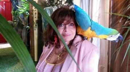 Patrizia Reggiani Gucci con il pappagallo Bo (Ansa)