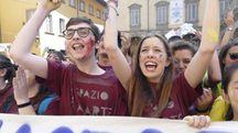 I ragazzi e gli insegnanti del Liceo Brunelleschi in piazza del Comune Foto Attalmi