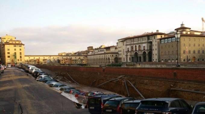 Lungarno Torrigiani, sprofonda tratto della sede stradale