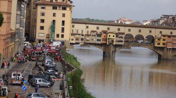 Lungarno Torrigiani, sprofonda parte della sede stradale