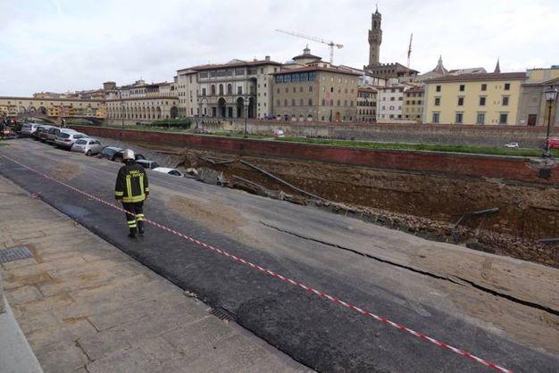 Lungarno Torrigiani, sprofonda parte della sede stradale (New Press Photo)