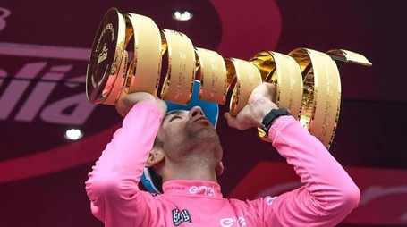 Vincenzo Nibali celebrates on the podium after winning the Giro d'Italia Tour of Italy cycling race, in Turin, Italy, Sunday, May 29, 2016.  Alessandro Di Meo/ANSA