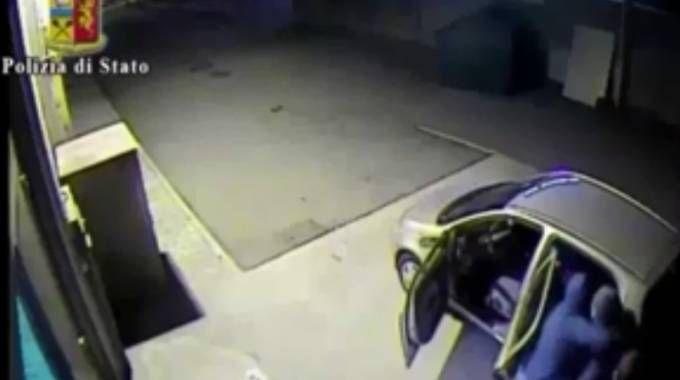 Un filmato della Polizia mostra la fuga dei ladri dopo il colpo