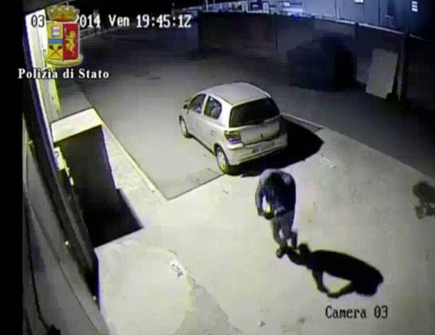 I banditi entrano nel locale per realizzare il colpo