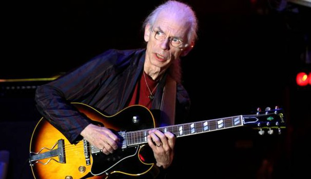 Steve Howe sul palco (Tania Bucci/New Press Photo)