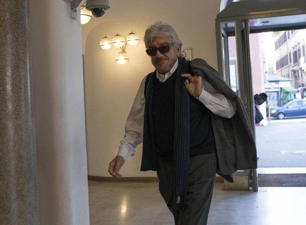 L'omaggio a Giorgio Albertazzi al teatro Argentina di Roma: Gigi Proietti (foto Ansa)