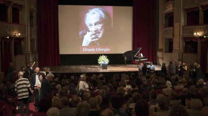 L'omaggio a Albertazzi al teatro Argentina di Roma (foto Ansa)