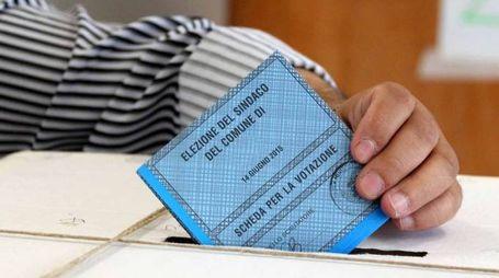 CARDINI LECCO = ELEZIONI COMUNALI IN CITTA' - VOTO PER IL BALLOTTAGIO PER L'ELEZIONE DEL SINDACO TRA BRIVIO VIRGINIO E NEGRINI ALBERTO - SEGGIO - SEGGI - VOTAZIONI - SCHEDA ELETTORALE -CARDINI - 14-6-2015