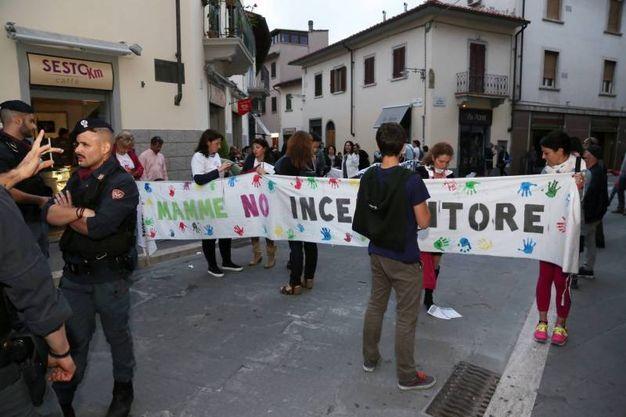 """Sesto Fiorentino, mamme """"No inceneritore"""" contestano fuori dalla manifestazione del  Pd per la campagna elettorale (Germogli)"""