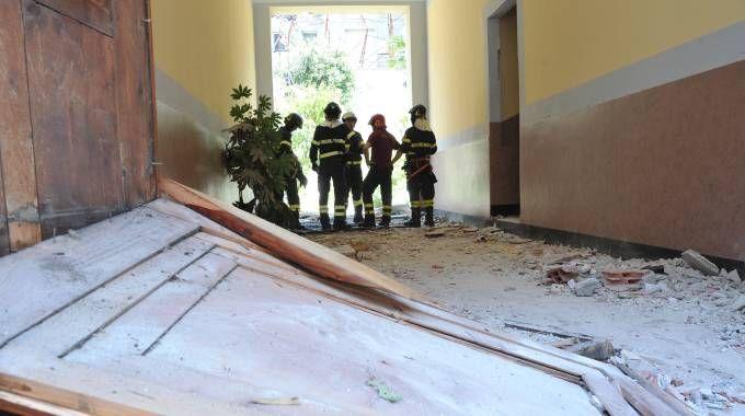 Vigili del fuoco al lavoro dopo l'esplosione in via Brioschi (Newpress)