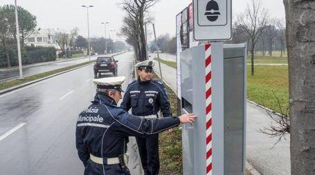 Una pattuglia della Polizia Municipale davanti a un autovelox