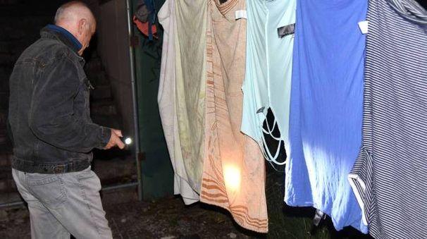 Ferrara, file di panni stesi ad asciugare al Palaspecchi (foto Businesspress)