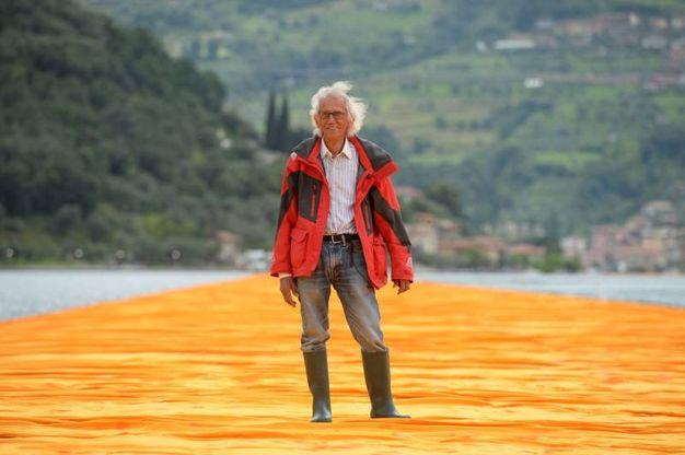 A contatto con l'acqua diventa arancione