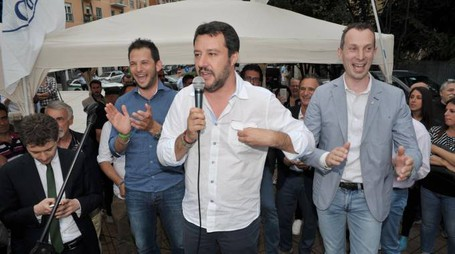 Matteo Salvini in piazza tra i militanti leghisti e del centrodestra