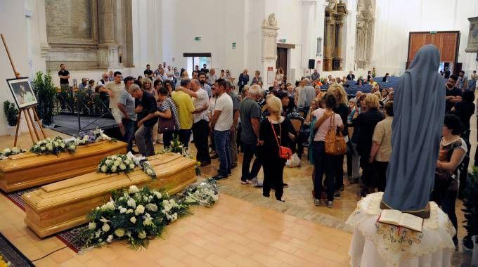 La veglia funebre (foto Calavita)