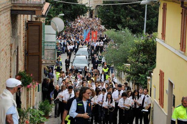 Il funerale dei due ragazzi morti a Milano nell'esplosione, il corteo funebre (foto Calavita)