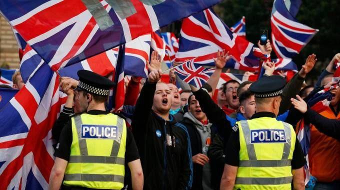 'No' della Scozia all'indipendenza, manifestanti con la bandiera del Regno Unito (Reuters)