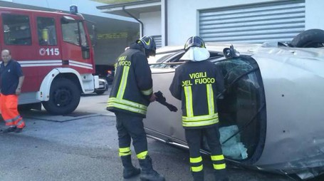 I vigili del fuoco sul posto, due auto sono andate completamente distrutte