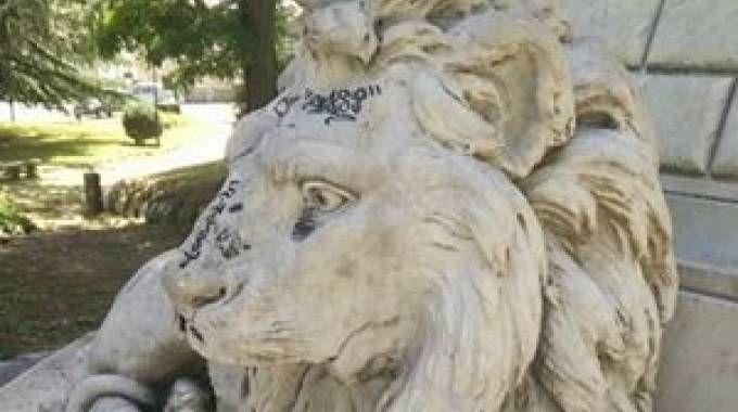 Il leone è pieno di scritte, ennesimo sfregio in centro