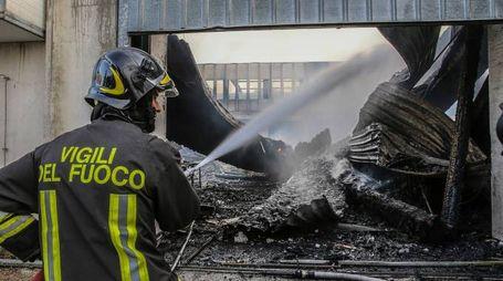 Incendio al Padiglione C del quartiere fieristico di Campanara di Pesaro (Fotoprint)