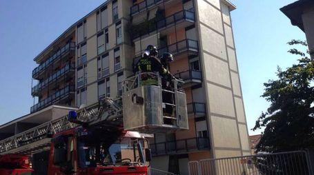 I pompieri in azione in via Magellano