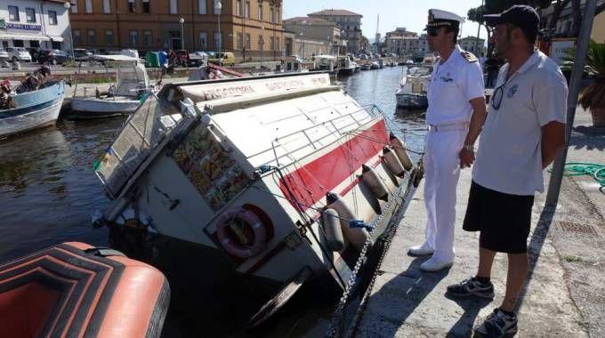 Viareggio, affonda la barca del fritto, recuperata da una gru