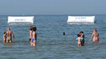 Rimini, i lavori del parco giochi galleggiante (Foto Petrangeli)