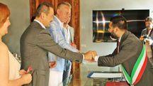 IL PRIMO 'SÌ' Giovanni Giovannini e Gianluca Zoffoli stringono la mano al sindaco