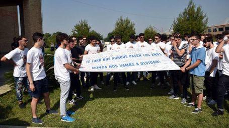 Lo striscione esposto dagli amici di Marco Garbuglia davanti alla chiesa (foto Roberto Vives)